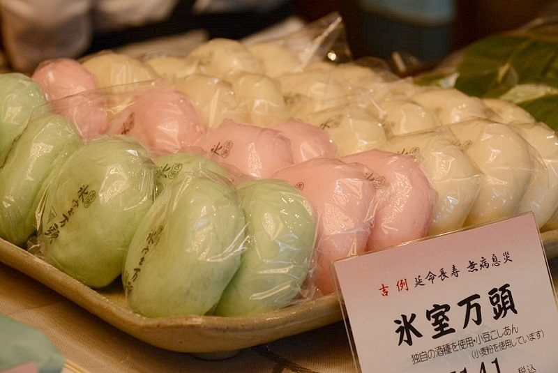 越山甘精堂の氷室饅頭(ショーケース)