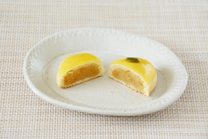 2つに割いて皿にのせた鼓月の「檸檬饅頭 爽々」
