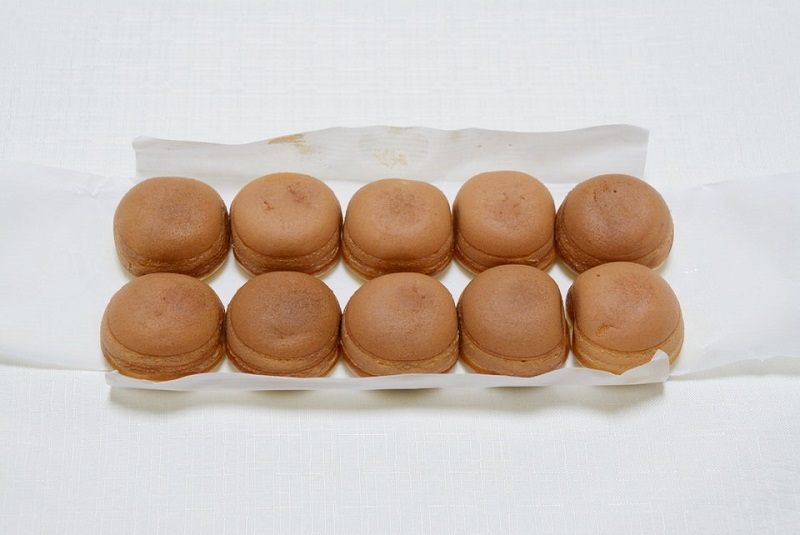 一色堂の鶏卵饅頭が10個並んでいる